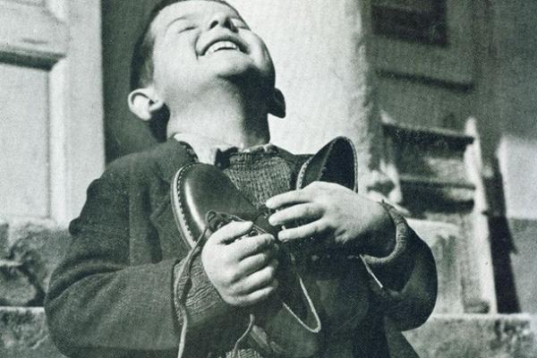 """Bức ảnh đắt giá """"Cậu bé ôm giày mới"""" và thông điệp đầy ý nghĩa giúp nhiều người biết trân trọng cuộc sống hơn"""