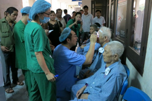 Vị bác sĩ Nhật bỏ việc lương cao, đi khắp Việt Nam chữa mắt miễn phí cho người nghèo