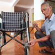 Cụ ông sửa xe lăn cũ tặng bệnh nhân nghèo