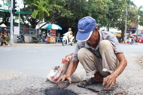 Ông lão 77 tuổi vá hàng trăm con đường